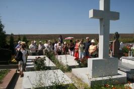 na cmentarzu ofiar rzezi wołyńskiej w Łozowej