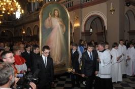 Obraz po wniesieniu do kościoła