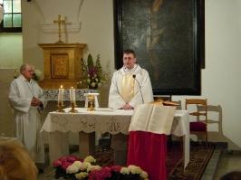 Msza św. w dolnym kościele św. Krzyża w Warszawie