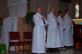 szafarze Eucharystii i lektorzy przy ołtarzu