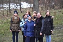 s. Beata i dziewczęta na dróżkach