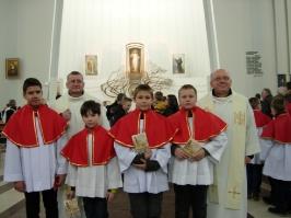 ministranci z księżmi po Mszy Krzyżma w Łagiewnikach