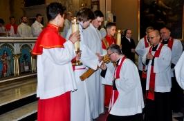 adoracja krzyża przez księży_1
