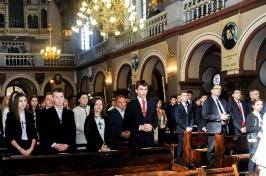 młodzież i ich świadkowie w kościele
