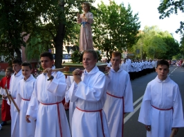 lektorzy z figurą Małego Pana Jezusa