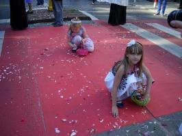dzieci zbierające kwiatki