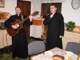 śpiewają ks. Piotr i ks. Proboszcz