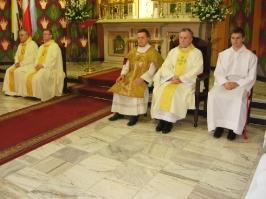 księża przy ołtarzu