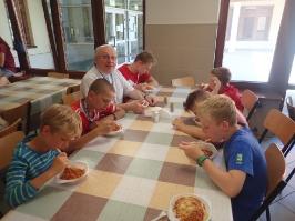 na obiedzie w stołówce szkolnej